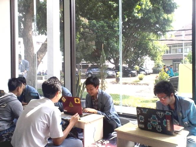 Tim database ikhwan sedang mendata mahasiswa baru.