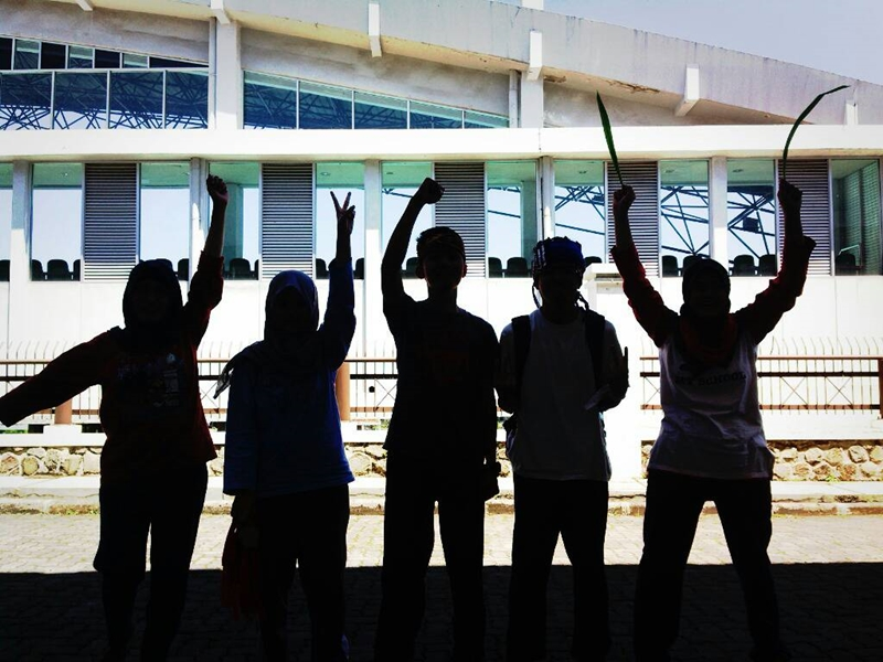 Ini foto paling keren dari kelompok 7. Di depan Gelanggang Renang UPI.