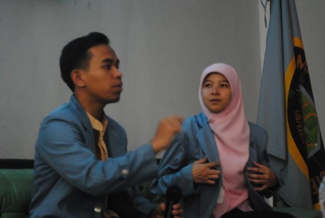 Ali dan Ama sedang memberikan materi tentang UKT pada peserta KAJI!