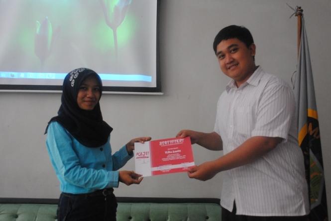 Pemberian sertifikat pada Rifka oleh Wandy selaku ketua pelaksana.