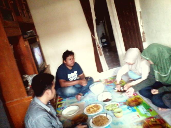 Makan siang di rumah Tia.