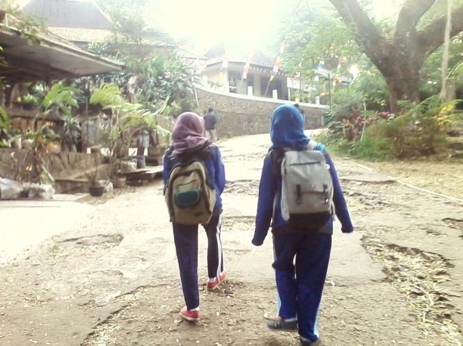 Jalan ke Pos 4 with Teh Nida dan Teh Nikmah.