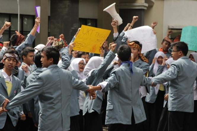 Aksi Mahasiswa Baru pada acara KLT. Copyright Dokumentasi KLT.
