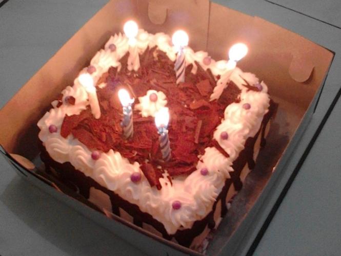 Bolu ulang tahun kejutan dari Tia.