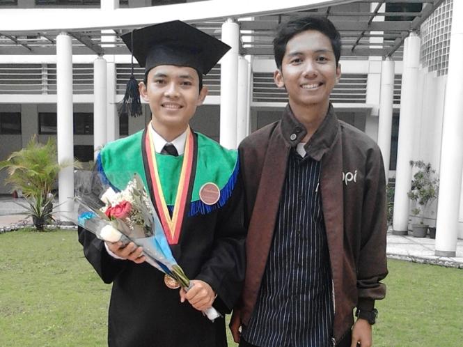 Bersama wisudawan yang paling ditunggu-tunggu, Kang Herdi Agustina, S.Kom.