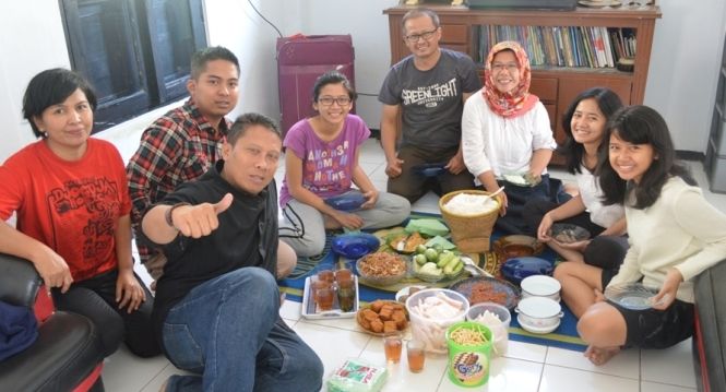 Bersama Keluarga Pak Bambang saat sarapan.