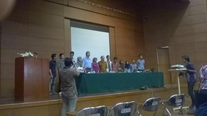 Dr. Andrew Fluck berfoto bersama beberapa mahasiswa Departemen Pendidikan Ilmu Komputer.