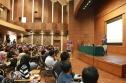 Yugie Nugraha dari Microsoft Indonesia sedang menjelaskan Imagine Cup di Auditorium JICA.