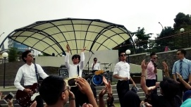 The Changcuters live di depan Museum Pendidikan Nasional UPI.