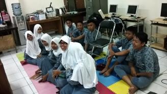 Salah satu grup yang sedang mengunjungi Lab Multimedia.