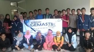 Berfoto bersama peserta workshop.