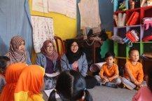 Kiki dan Ana mengajar siswa PAUD Mentari.