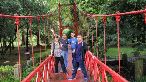 Di jembatan.